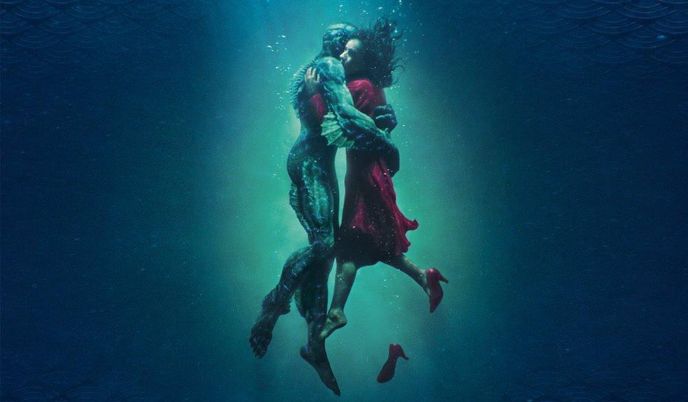 Titelbild für Kritik Shape of Water – Das Flüstern des Wassers mit Sally Hawkins und Doug Jones, umschlungen in einem dunklen Ozean.