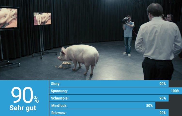Rory Kinnear betrachtet als Premierminister Michael Callow in der Black Mirror Epsiode Der Wille des Volkes ein Schwein