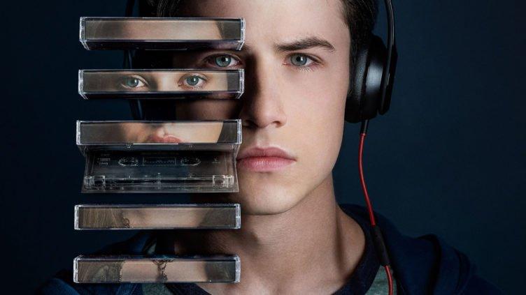 Dylan Minnette als Clay mit Kopfhörern und Katherine Langford als Reflexion in einem Kassettenstapel in einem Titelbild für Kritik Tote Mädchen lügen nicht Staffel 1