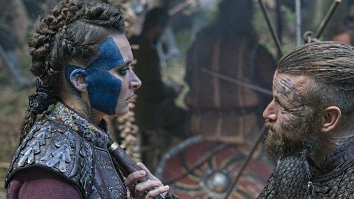 Astrid (Josefin Asplund) und Harald (Peter Franzén) reden miteinander in einem Szenenbild für Kritik Vikings Staffel 5 Teil 1 Folge 10 Momente und Visionen.