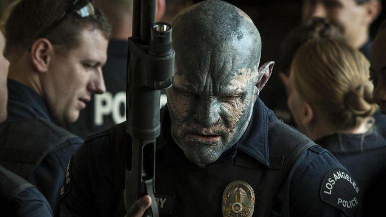 Joel Edgerton als Ork in Polizeiuniform mit einer Waffe in der Hand in einem Szenenbild für Kritik Bright von Netflix