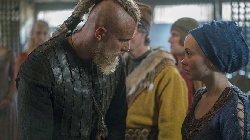 Alexander Ludwig als Björn und Dagny Backer Johnsen als Snaefrid reden miteinander in einem Szenebild für Kritik Vikings Staffel 5 Teil 1 Folge 7 Vollmond