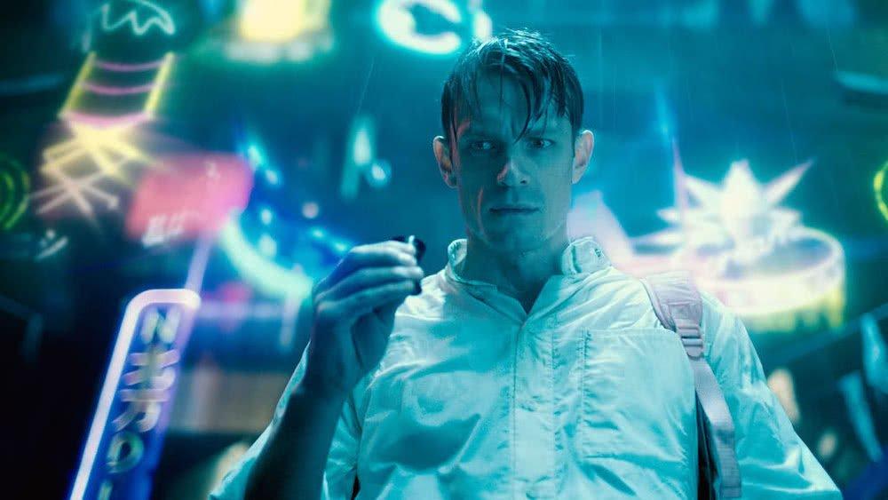 Joel Kinnaman als Takeshi Kovacs auf einer Straße in einem Szenenbild für Kritik Altered Carbon Staffel 1