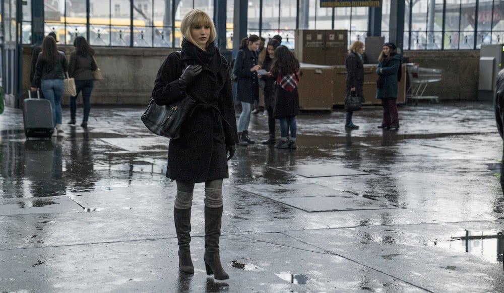 Jennifer Lawrence auf einer Straße in einem Szenenbild für Kritik Red Sparrow