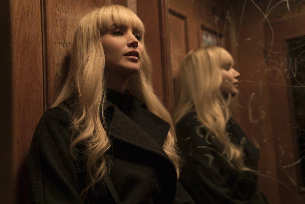 Jennifer Lawrance als Dominika Egorova vor einem Spiegel in einem Szenenbild für Kritik Red Sparrow