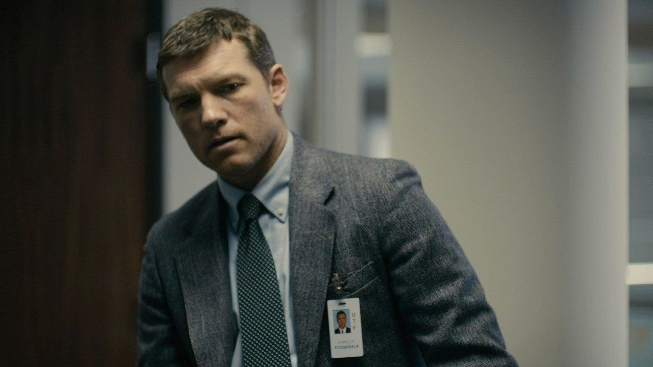 Sam Worthington als Agent in Anzug in einem Szenenbild zu Kritik Manhunt Unabomber