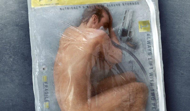 Ein nackter Mensch liegt einsatzbereit in einem durchsichtigen Plastiksack und wird beatmet auf dem Plakat zu Altered Carbon