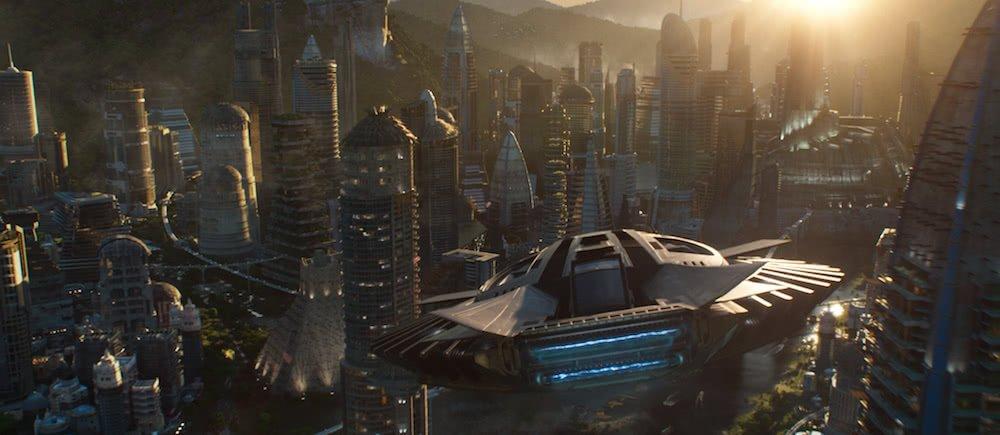 Ein Szenenbild aus Black Panther mit einem über Wakanda fliegendes Raumschiff