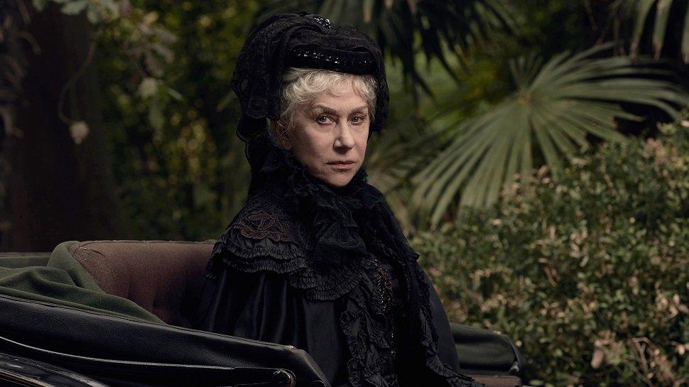 Helen Mirren in Schwarz gekleidet in einer Kutsche in einem Szenenbild aus Winchester Das Haus der Verdammten