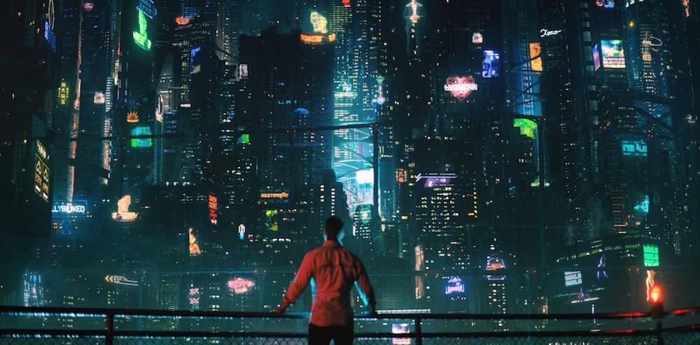 Takeshi Kovacs steht mit einem roten Shirt vor einer Skyline-Schlucht bei Nacht, mit vielen Neonlichtern in einem Szenebild für Kritik Altered Carbon Staffel 1