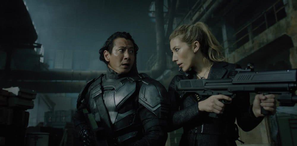 Will Yun Lee und Dichen Lachman in Rüstung in einem Szenenbild für Kritik Altered Carbon Staffel 1