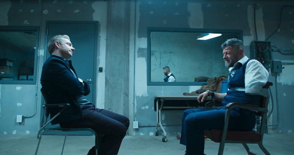 Martin Freeman und Andy Serkis in einem Verhörraum in einem Szenenbild für Kritik Black Panther