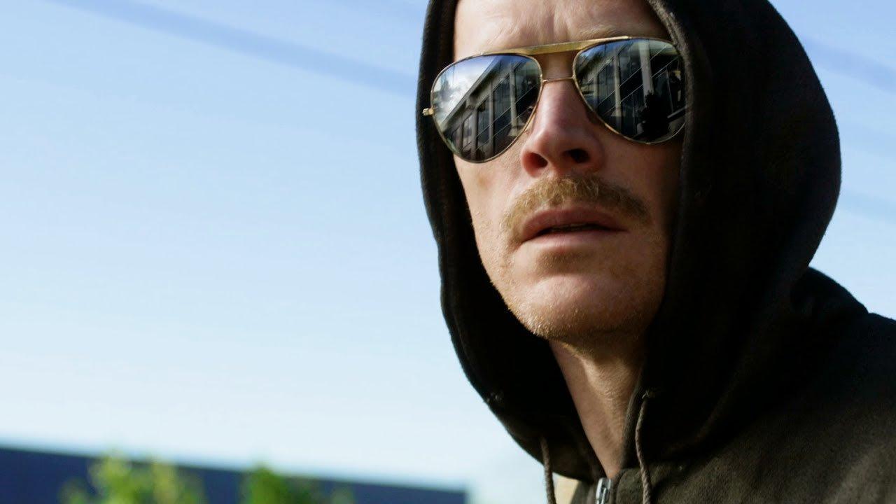 """Paul Bettany als """"Unabomber"""" Ted Kaczynski mit Sonnenbrille und Hoodie in einem Szenenbild für Kritik Manhunt Unabomber"""