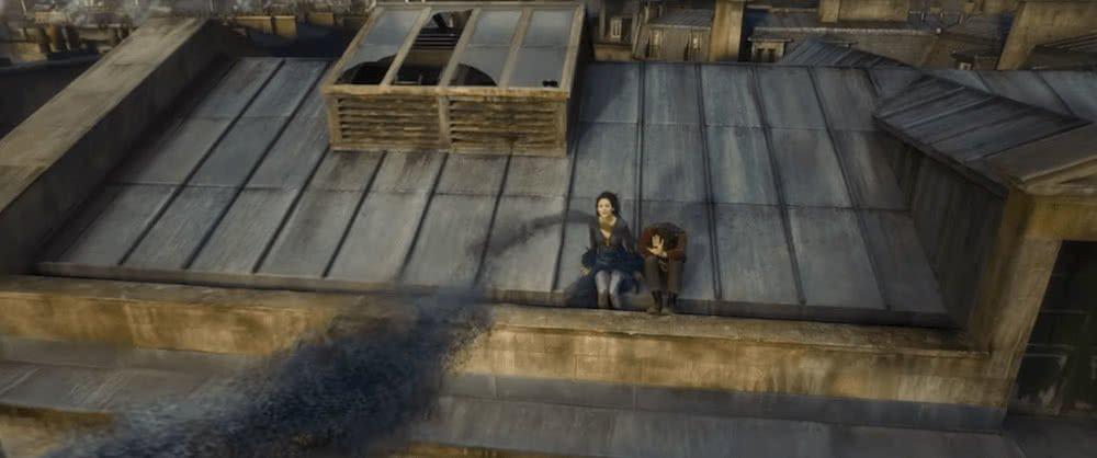Credence Barebone (Ezra Miller) auf einem Dach in Paris in einem Szenenbild für Jacob Kowalski (Dan Fogler) in einem Szenenbild für Phantastische Tierwesen Grindelwalds Verbrechen Traileranalyse