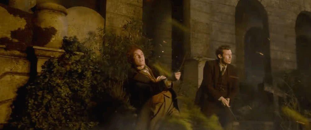 Newt Scamander and Theseus Scamander kämpfen zusammen auf einem Friedhof Thestrale ziehen eine fliegende Kutsche in einem Szenenbild für Phantastische Tierwesen Grindelwalds Verbrechen Traileranalyse