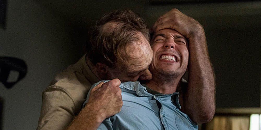 Ein Zombie beisst einen Nebendarsteller in The Walking Dead Staffel 8 Episode 13