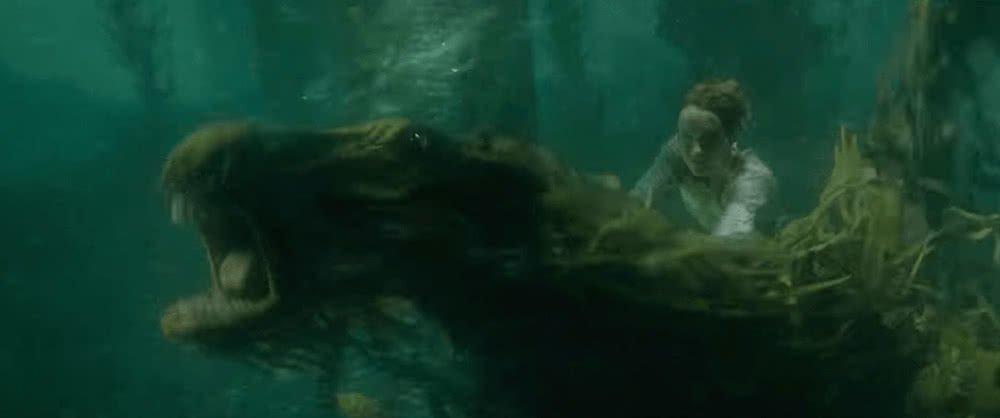 Newt Scamander reitet eine Kelpie in einem See in einem Szenenbild für Phantastische Tierwesen Grindelwalds Verbrechen Traileranalyse