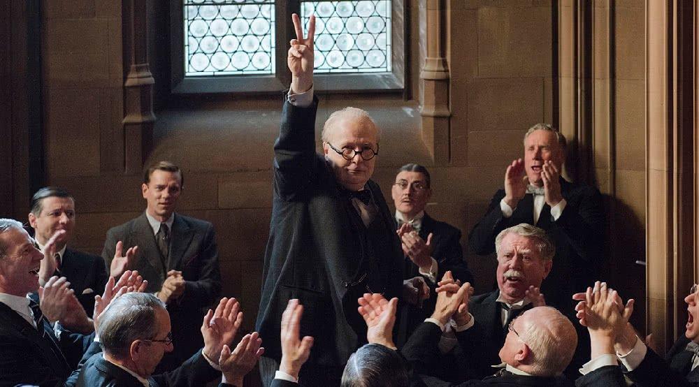 Gary Oldman als Winston Churchill macht das Victory-Zeichen in Die Dunkelste Stunde