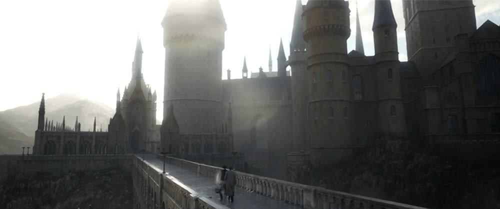 Hogwarts bei Tag in Szenenbild für Phantastische Tierwesen Grindelwalds Verbrechen Traileranalyse