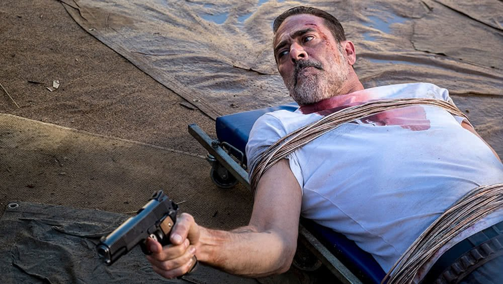 Jeffrey Dean Morgan als gefesselter Negan in The Walking Dead Staffel 8 Folge 14