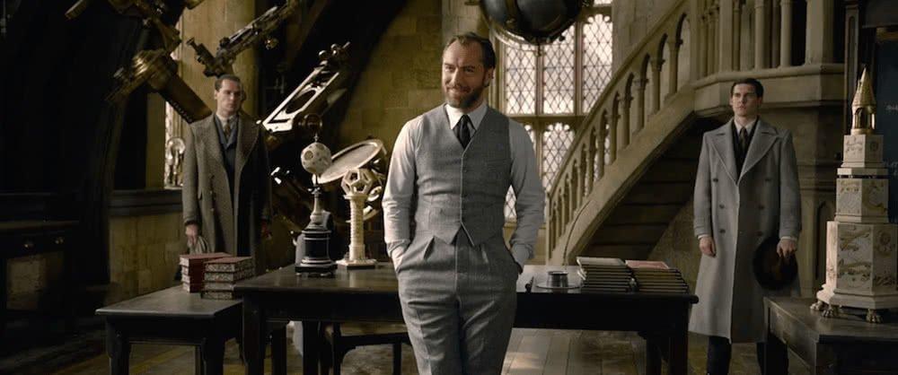 Albus Dumbledore (Jude Law) im Klassenzimmer für Verteidigung gegen die Dunklen Künste in einem Szenenbild für Phantastische Tierwesen Grindelwalds Verbrechen Traileranalyse