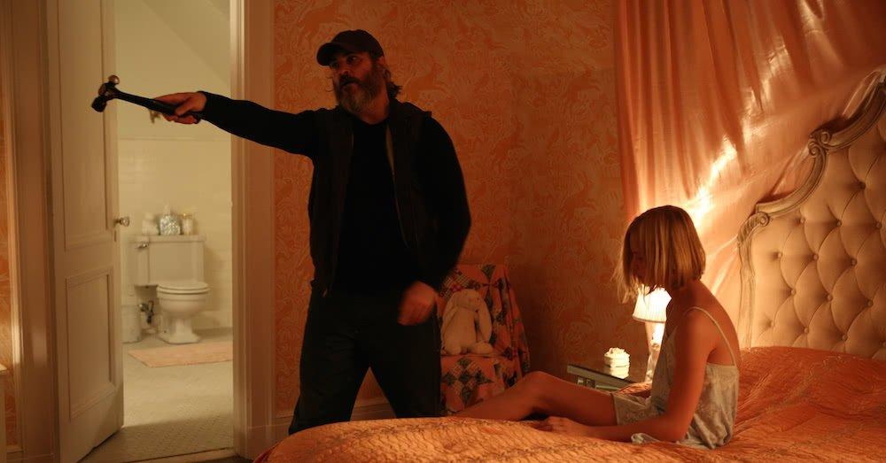 Joaquin Phoenix und Ekaterina Samsonov in einem Hotelzimmer in einem Szenenbild für Kritik A Beautiful Day