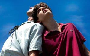 Elio (Timothée Chalamet) und Oliver (Armie Hammer) lehnen sich aneinander in Titelbild für Kritik Call Me by Your Name