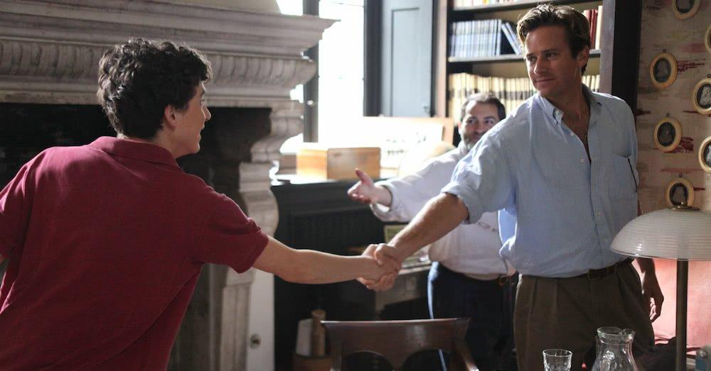 Elio (Timothée Chalamet) und Oliver (Armie Hammer) geben sich die Hand in einem Szenenbild für Kritik Call Me by Your Name