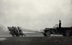 Eine Gruppe von Soldaten zieht den Geländewagen des SS-Hauptmanns in einem Titelbild für Kritik Der Hauptmann
