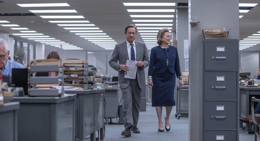 Meryl Streep und Tom Hanks in einem Büro in einem Szenenbild für Kritik Die Verlegerin