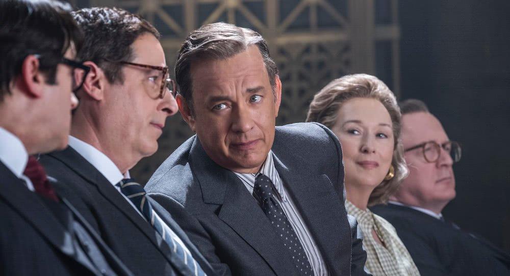 Meryl Streep, Tom Hanks und andere Männer in Anzug in einem Gericht in einem Szenenbild für Kritik Die Verlegerin