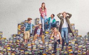 Titelbild zur Kritik Everything Sucks Staffel 1 mit allen Hauptcharakteren, die auf einem Stapel VHS-Kassetten stehen