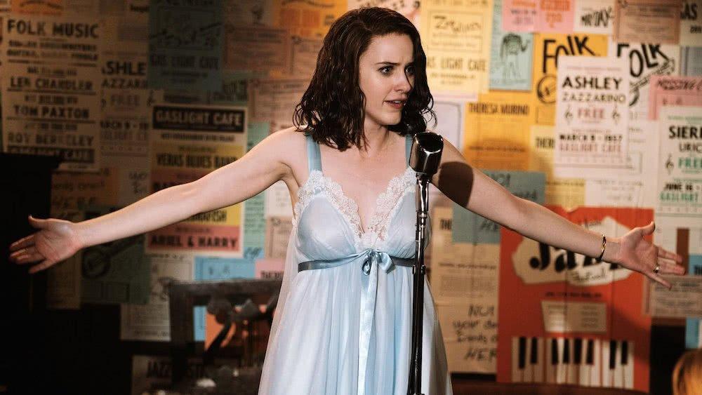 Midge (Rachel Brosnahan) steht im Nachthemd auf einer Bühne in einer Kneipe in einem Szenenbild für Kritik The Marvelous Mrs. Maisel Staffel 1