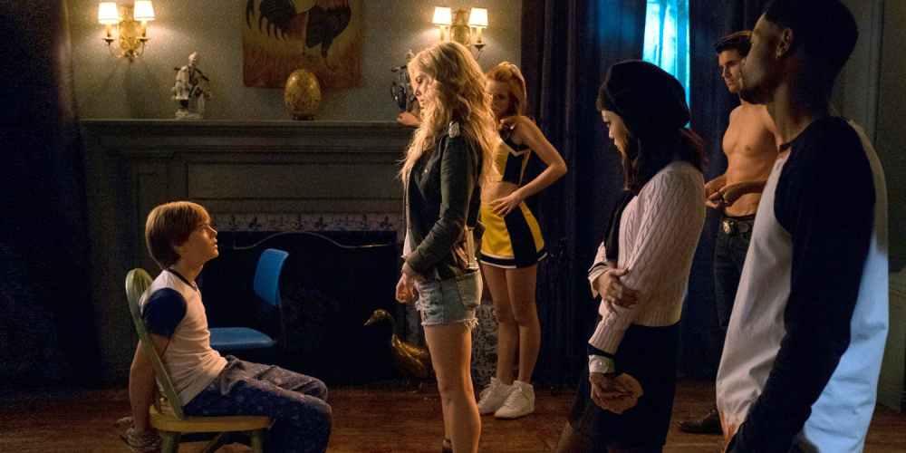 Judah Lewis als Cole und Samara Weaving als Bee in einem Wohnzimmer in einem Szenenbild für Kritik The Babysitter