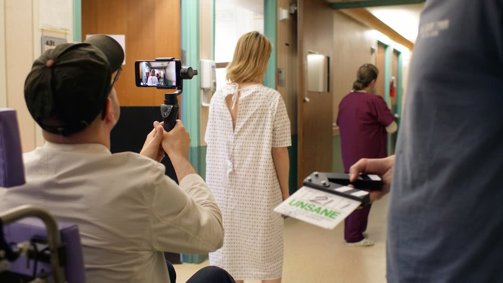 Am Set von Unsane mit einem iPhone als Kamera in einem Szenenbild für Kritik Unsane