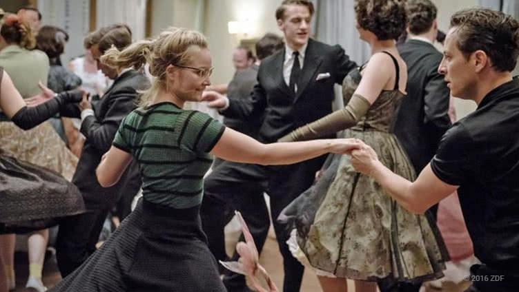Rock'n'Roll-Tanzpaar Monika (Sonja Gerhardt) und Freddy (Trystan Pütter)