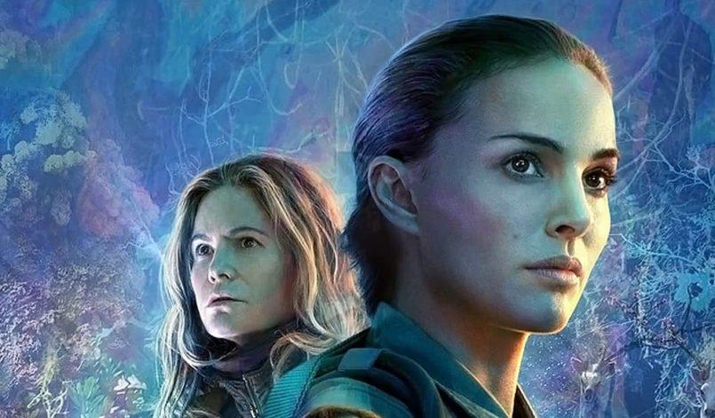 Titelbild für Kritik Auslöschung mit Natalie Portman vor einem pinkschimmernden Hintergrund