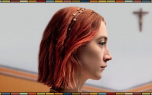 Saoirse Ronan mit roten Haaren im Profil und im Hintergrund ein Kirchenkreuz