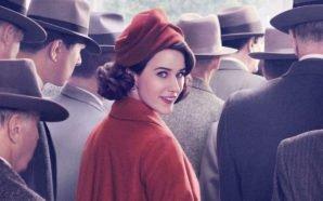 Rachel Brosnahan als Midge Maisel auf einer Straße, umringt von Männern, in einem Poster für Kritik The Marvelous Mrs Maisel Staffel 1