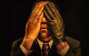 O.J. Simpson, gespielt von Cuba Gooding Jr., hebt zwei Hände vor das Gesicht, eine Hand hat einen schwarzen Handschuh an in einem Titelbild für Kritik American Crime Story The People v. O.J. Simpson