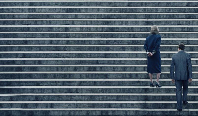 Tom Hanks und Meryl Streep laufen eine steile Treppe hinauf im Film Die Verlegerin