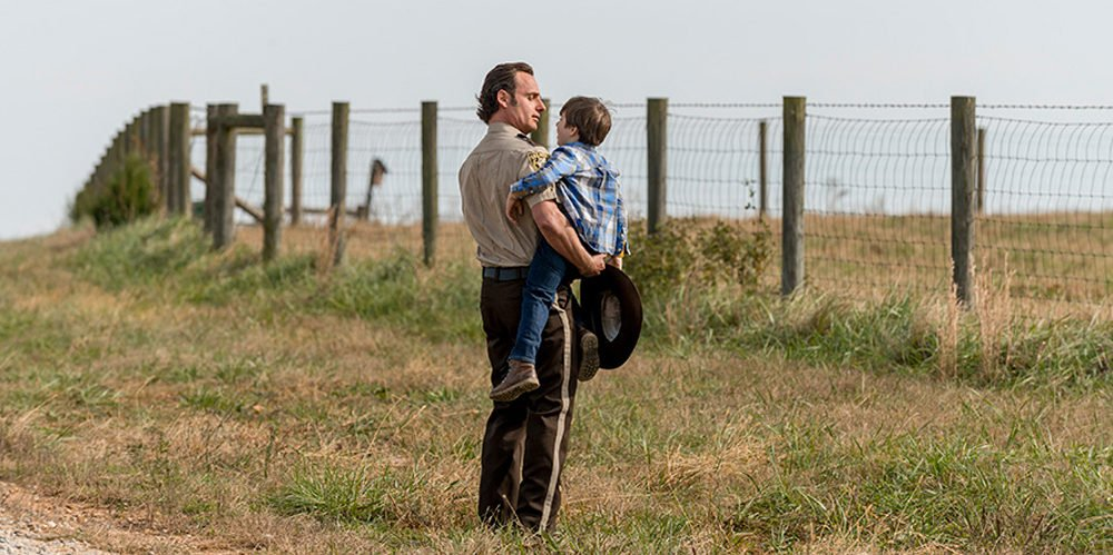 Rick Grimes hält den jungen Carl auf dem Arm in einem Flashback in The Walking Dead Staffel 8 Episode 16