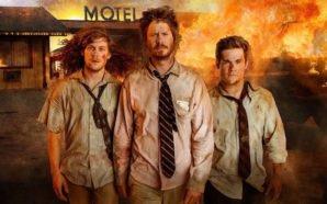 Adam Devine, Anders Holm und Blake Anderson vor einem brennenden Haus in Titelbild zu Kritik Game Over Man