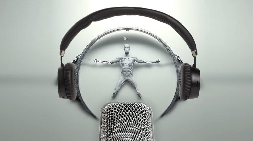 Ein Android in weißer Flüssigkeit mit Kopfhörern und Podcast-Mikrofon