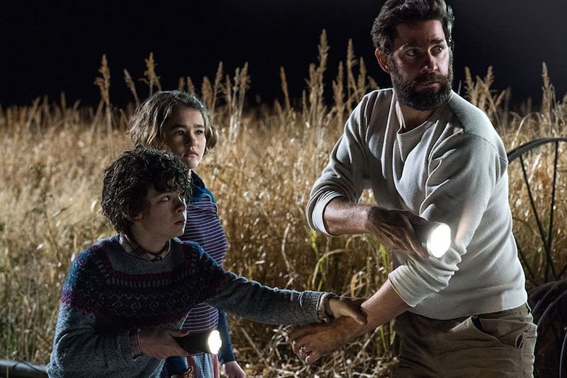John Krasinski und Millicent Simmonds Cade Woodward in A Quiet Place