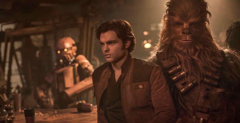 Alden Ehrenreich als Han Solo und Chewbacca in einer Bar in einem Szenenbild für Kritik Solo A Star Wars Story