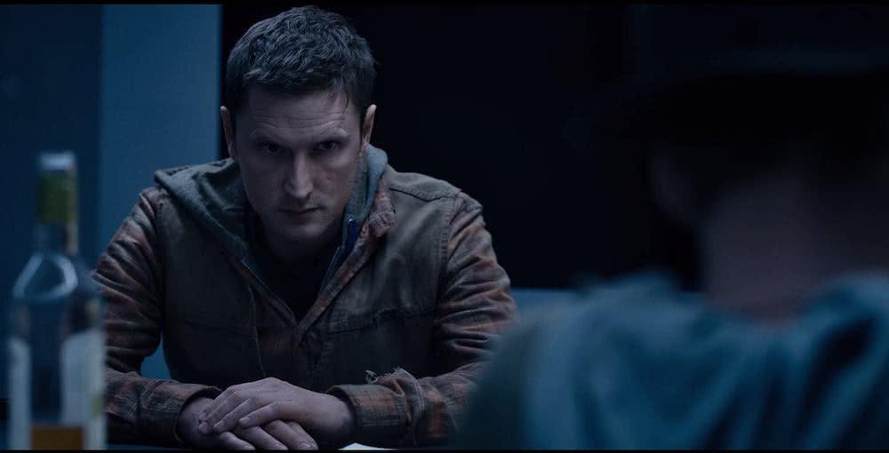Mikkel Boe Følsgaard als Martin an einem Tisch in Szenenbild für The Rain Staffel 1
