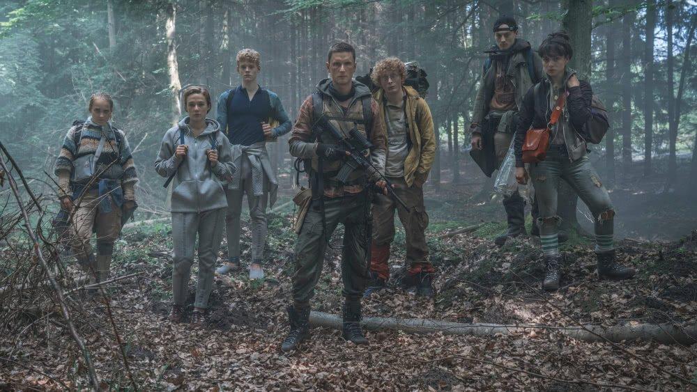 Der Hauptcast von The Rain Staffel 1 im Wald in einem Szenenbild für die Kritik