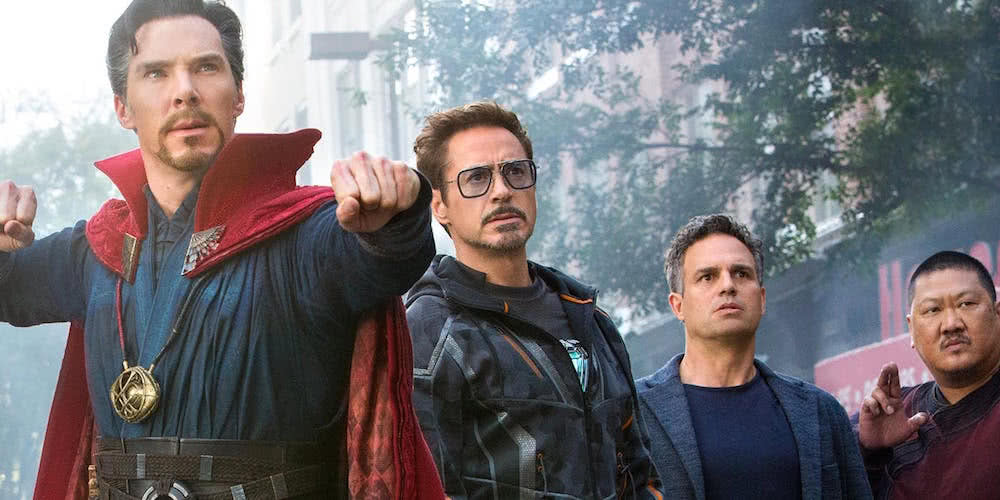 Doctor Strange (Benedict Cumberbatch), Tony Stark (Robert Downey Jr.), Bruce Banner (Mark Ruffalo) und Wong (Benedict Wong) in einem Szenenbild für Kritik Avengers Infinity War