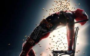 Titelbild Kritik Deadpool 2 mit Ryan Reynolds als Deadpool, der sich von einem Schauer von Patronen berieseln lässt